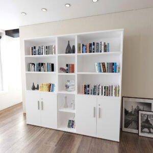 szafy biurowe z książkami stoją obok plakatu