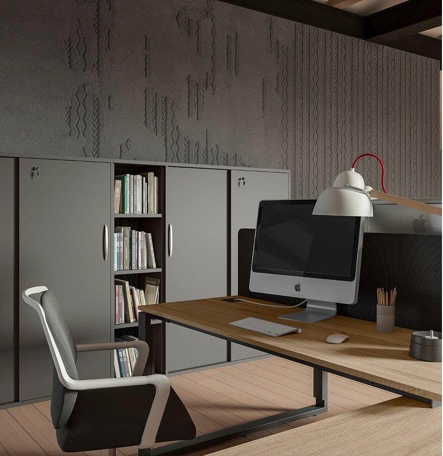 na biurku stoi komputer apple